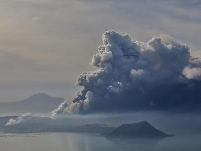 タール火山噴火