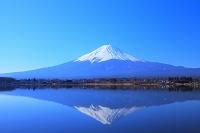 山梨県 河口湖 水鏡に写る逆さ富士と富士山