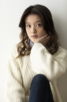 白いセーターを着た日本人女性