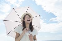 日傘をさす笑顔の日本人女性
