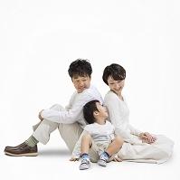 寄り添って座る日本人家族
