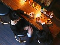 バーにいるカップル