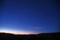 アメリカ オレゴン州 明け方東から昇るオリオン座と金星