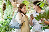スマートフォンを持つカップル