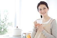 ティータイム中の日本人女性