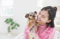 女の子とヨークシャテリア 犬