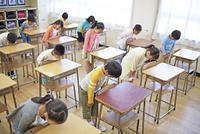 挨拶をする日本人の小学生
