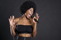 熱唱するアフロヘアの外国人女性