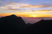 南アルプス小仙丈ヶ岳より望む甲斐駒ケ岳と栗沢山と朝日