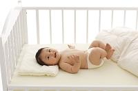 ベビーベッドに寝転ぶ赤ちゃん