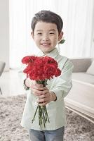 母の日に花を贈る男の子