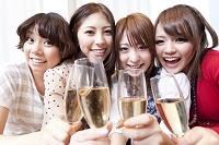 シャンパンで乾杯する日本人女性達