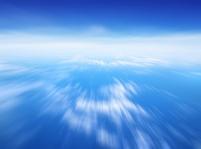 飛行機から見た空と流れる雲