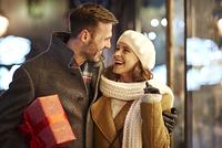 クリスマスに寄り添って歩くカップル