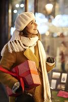ウィンドウショッピングをする女性