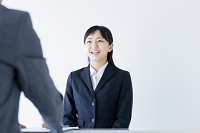 面接を受ける若い日本人女性