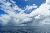東京都 小笠原 海上の入道雲から降るスコール