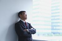 窓辺に佇む日本人ビジネスマン