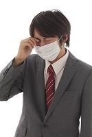 目がかゆいマスク姿の男性