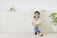 リビングでくつろぐ若い日本人女性