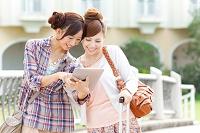 iPadを見ている日本人女性