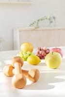 テーブルに置かれた果物とダンベル