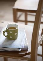 椅子の上のマグカップと本