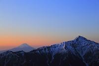 山梨県 南アルプス小仙丈ケ岳より見る夜明けの富士山と北岳