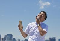 温度計を持っている日本人ビジネスマン