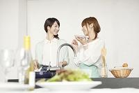 料理をしながら味見する日本人女性