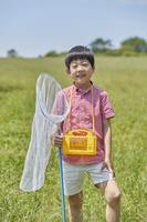 虫取りをする日本人の男の子