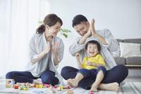 積み木で遊ぶ日本人三人家族