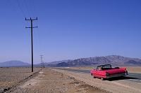 アメリカ モハーヴェ砂漠とオープンカー