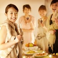 シャンパングラスを持ち微笑む女性