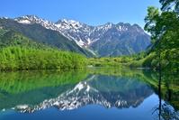 長野県 松本市 新緑の上高地から望む穂高連峰と大正池