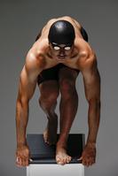 スタートを待つ水泳選手