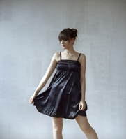 黒ドレスの外国人女性