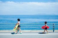海水浴に向かう日本人の子供