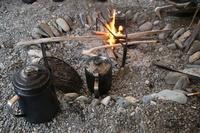 キャンプで焚き火 ケトル