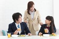 朝の日本人家族イメージ