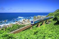青森県 五能線のリゾートしらかみと日本海