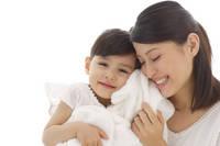 ふわふわタオルに頬を寄せるママと娘