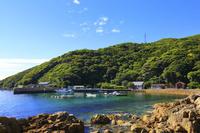 長崎県 久賀島の集落 五輪漁港と旧五輪教会堂と五輪教会堂