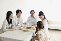 ダイニングで団らんする3世代日本人家族