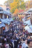 京都府 二年坂の町並みと観光客