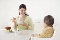 食事をするお母さんと赤ちゃん