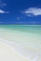 瀬底ビーチと水納島