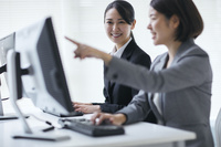 オフィスで研修を受ける日本人ビジネスウーマン