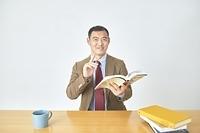 オンライン授業をする日本人男性