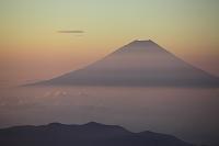 山梨県 南アルプス市 北岳から望む朝の富士山と雲海